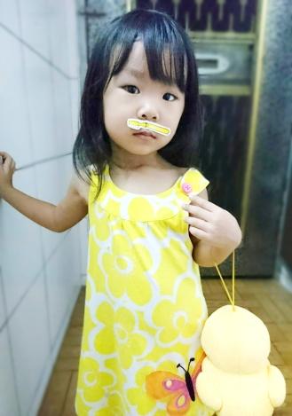 這個孩子說她在刷牙