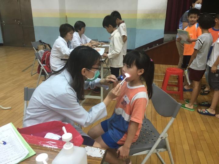黃醫師正在光華國小進行口腔健康檢查