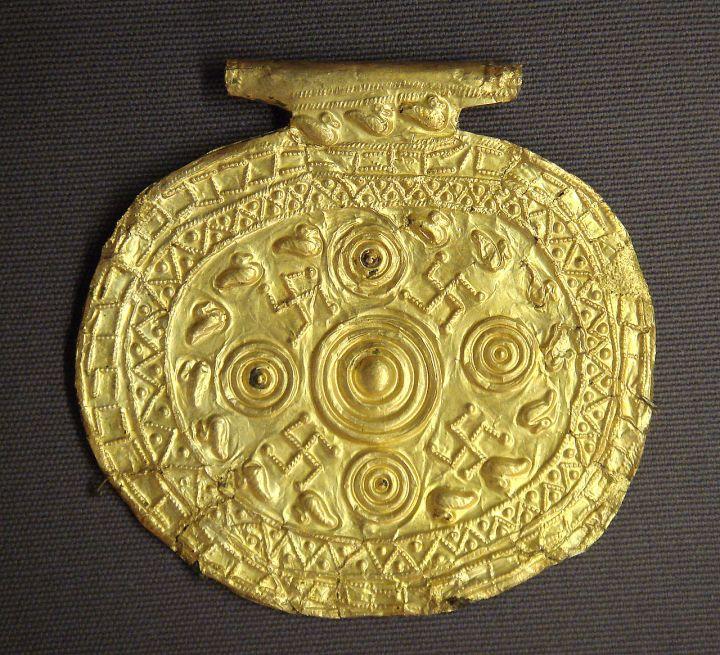 伊特拉斯坎垂飾上面的卐字符。西元前700-650年,發現於古義大利博爾塞納,現存於法國羅浮宮。