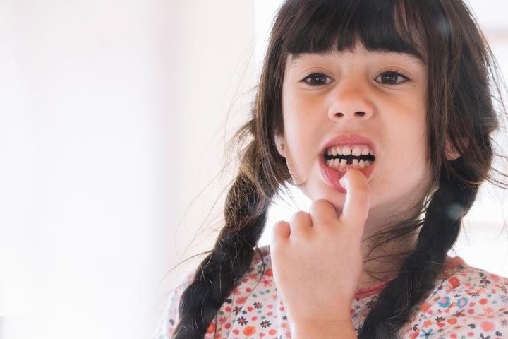 換牙期,家長應多給硬質食物。